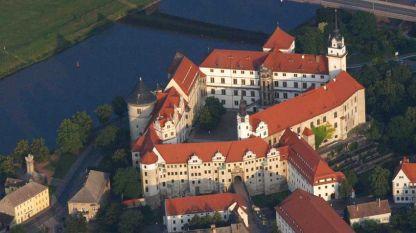 В кулата на замъка, построена от бял пясъчник от Елба, се намира Невъзможното спираловидно стълбище.