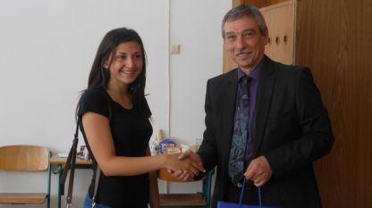 Проф. Христо Бонджолов поздравява кандидат-студентка във ВТУ
