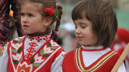 Деца с носии от град Челопеч