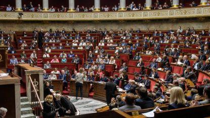 Изчезналите творби висели по стените на офисите в долната камара на парламента в Париж.