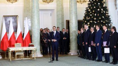 Полският премиер Матеуш Моравецки говори пред новите министри след полагането на клетва в президентството във Варшава.