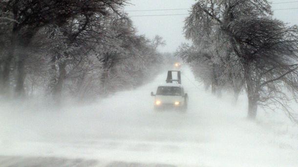 Заради силни снегонавявания движението през Троянския проход е ограничено за