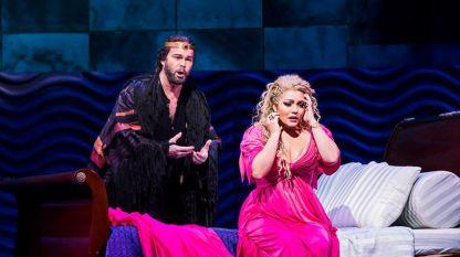 Айлин Перес и Джералд Финли в сцена от операта.