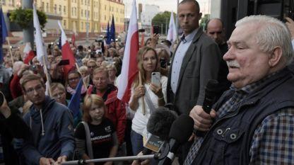 Лех Валенса говори по време на протестите срещу консервативното полско правителство