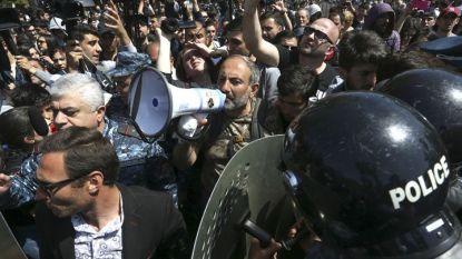 Арменският депутат от опозицията Никол Пашинян говори през мегафон на протеста днес в Ереван.
