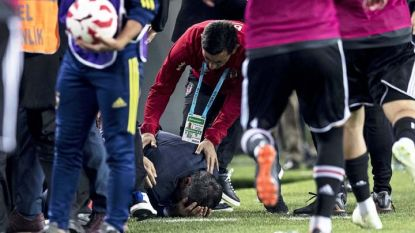 Треньорът Шенол Гюнеш лежи на терена след удара