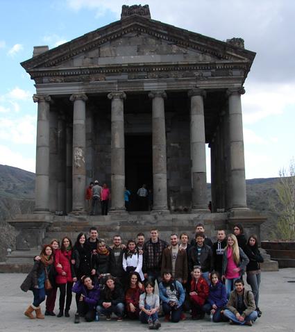 Участниците в проекта The pre-christian cultural heritage пред римски храм от I-II в. в Гарни, Армения.