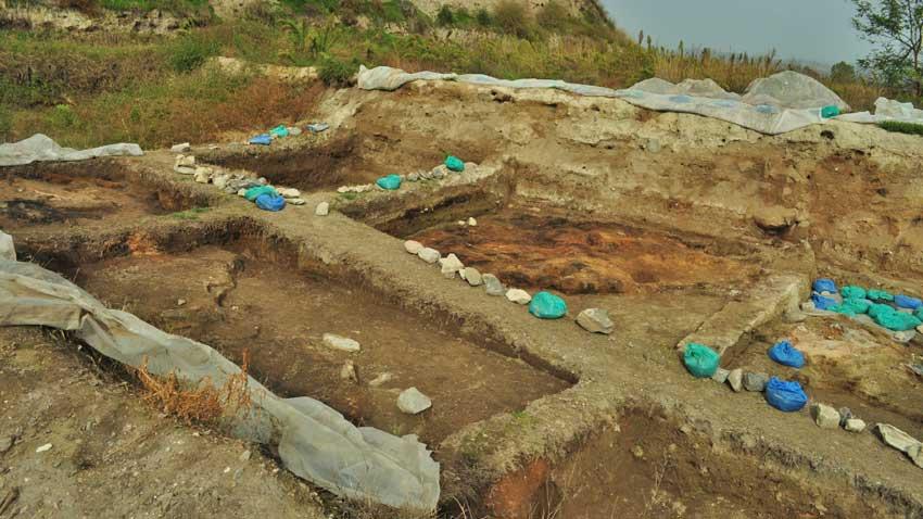 """От разкопките на """"Юнаците"""" ясно личат основите на халколитните къщи, някои от които били двуетажни и сравнително просторни, дори според съвременните стандарти на жилищно строителство."""