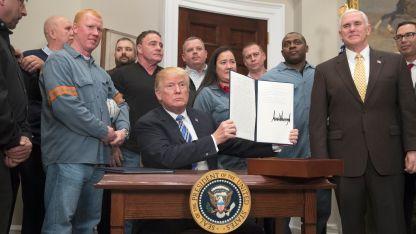 Американският президент Доналд Тръмп с указа за вносните мита за стомана и алуминий