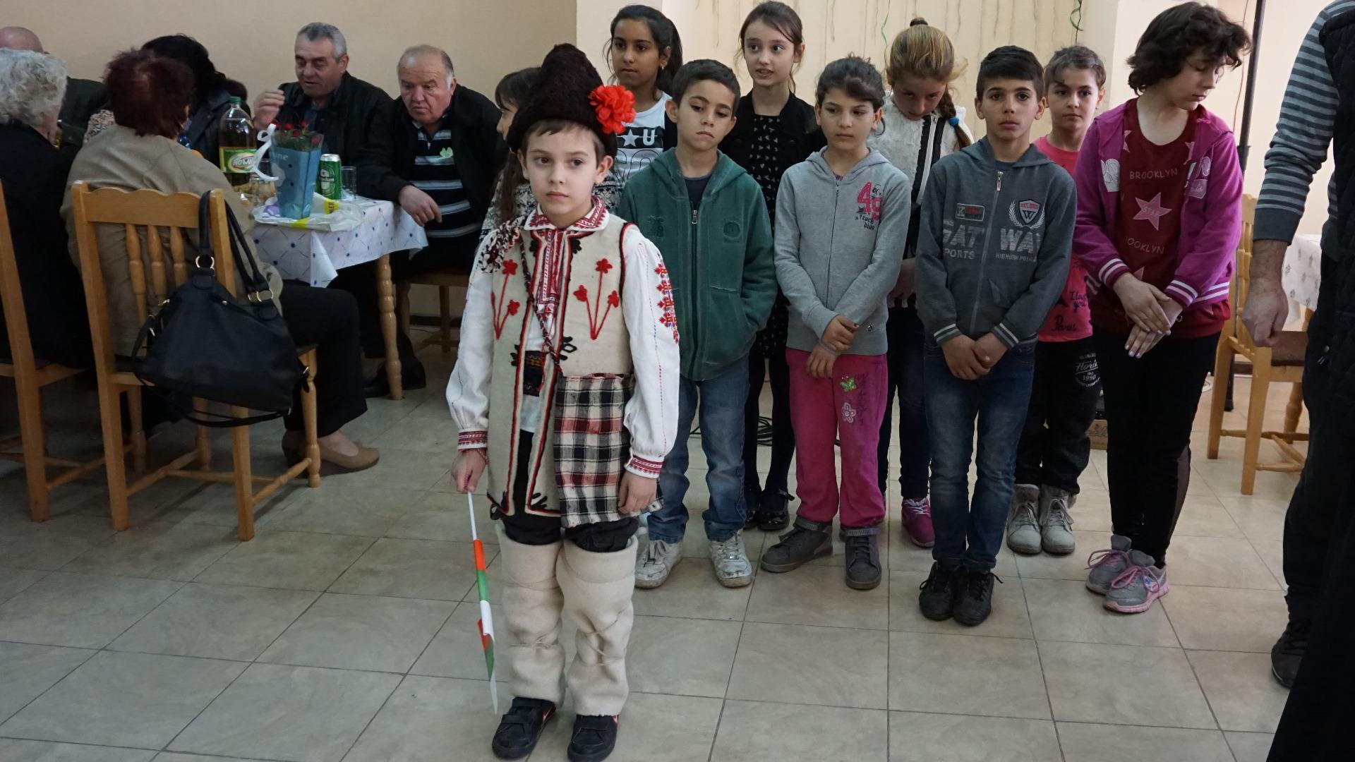 Деца поздравиха възрастните хора по повод 10-годишнината на клуб
