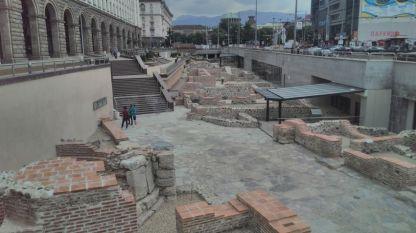 Кардо Максимус, главната улица, свързваща Северната и Южната порта на древна Сердика, се намира под днешните булеварди
