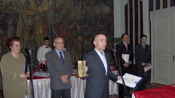 """Николов с приза """"Млад изобретател""""  за 2006 г. на фондация """"Еврика"""""""