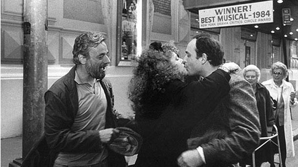 """Стивън Сондхайм и Бернадет Питърс, една от звездите в """"Неделя в парка с Джордж"""", поздравяват сценариста Джеймс Лапайн, (на снимката отляво надясно) след като току-що са наградени от нюйоркските критици. Малко по-късно двамата получават и """"Пулицър"""" за драма."""