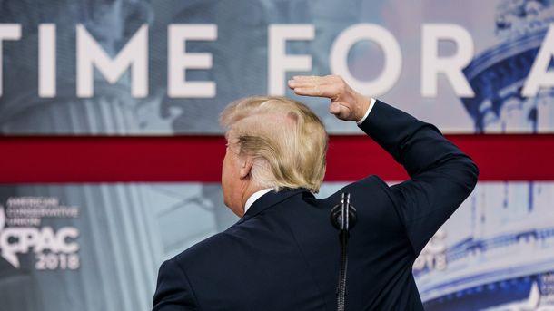 Доналд Тръмп показва пред публика в зала къде именно на тила му косата е кът.