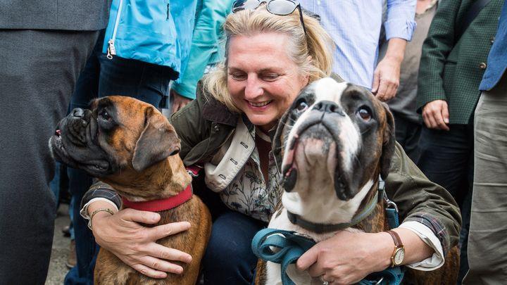 Външната министърка на Австрия Карин Кнайсъл с кучетата си при поемане на председателството на ЕС от страната ѝ на 30 юни тази година
