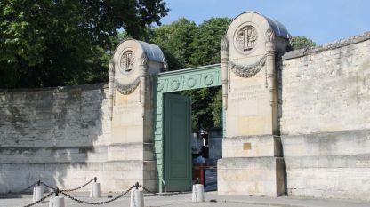 Централният вход на гробището Пер Лашез в Париж