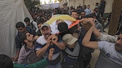 Погребение на един от убитите палестинци по време на сблъсъците в Ивицата Газа