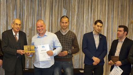 Емил Димитров (вторият отляво) с наградата за млад фермер на годината на Фондация Еврика