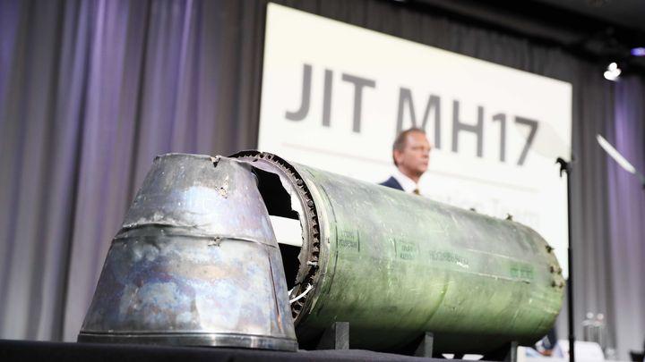 Главният следовател Фред Вестербеке зад остатък от ракетата, за която се твърди, че е свалила малайзийския боинг в Източна Украйна през 2014 г., на пресконференцията в холандския град Буник.