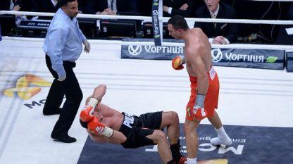 Владимир Кличко защити световната си титла след нокаут в 5-ия рунд срещу Кубрат Пулев.
