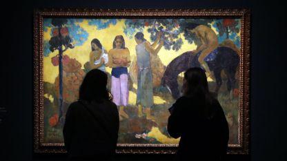 """Посетители разглеждат картина на френския художник Пол Гоген по време на изложбата """"Гоген алхимикът"""" в Гранд Пале, Париж, Франция (9 октомври 2017)."""