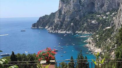Крайбрежието на Капри е приказно и живописно.