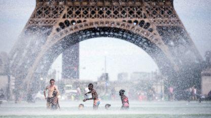 Парижани се разхлаждат в градината