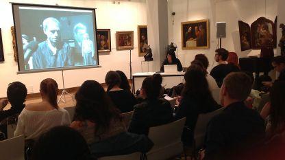 Майя Праматарова със студентите от Нов български университет по време на лекционния й курс в новата галерия на университета.