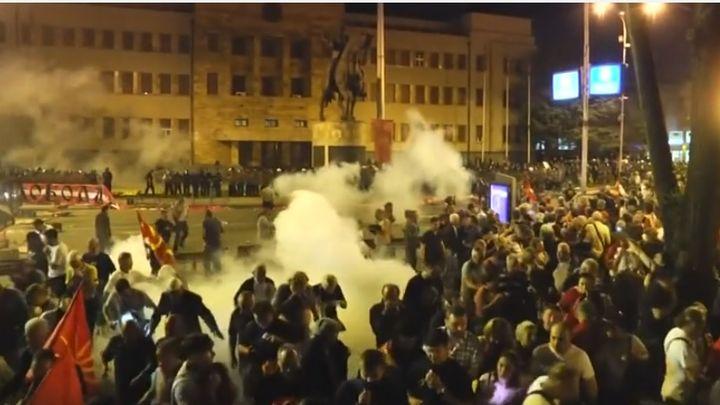 Полицията използва късно в неделя сълзотворен газ срещу демонстранти в Скопие, опитващи се да нахлуят в парламента по време на протеста срещу договора с Гърция за новото име на Македония.