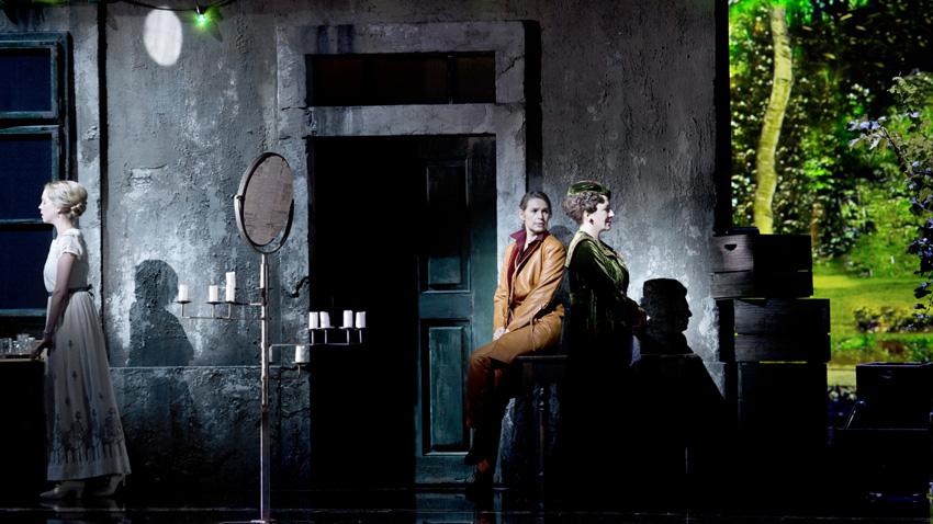 """Моица Ердман, Софи Кош и Красимира Стоянова (отляво надясно) в сцена от операта """"Кавалерът на розата"""""""