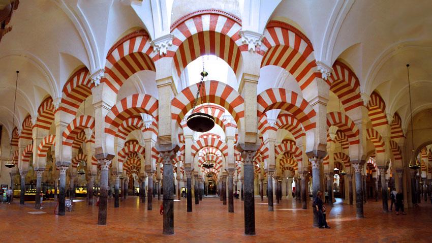 Джамията-катедрала в Кордоба е чудо на средновековната архитектура едновременно за християните, и за мюсюлманите.
