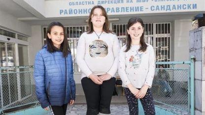 Трите момичета от Сандански, които предадоха намерените пари в полицията.