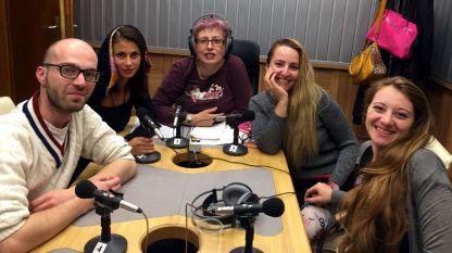 """В студиото на """"Аларма"""" (отляво на дясно): Александър Чобанов, Мартина Велева, Ася Чанева, Цвета Балийска и Яница Атанасова."""