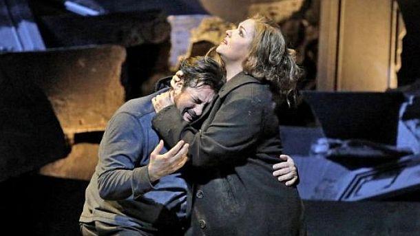 """Анна Нетребко и Марсело Алварес в сцена от спектакъла на Метрополитън опера  """"Манон Леско"""" от Джакомо Пучини"""