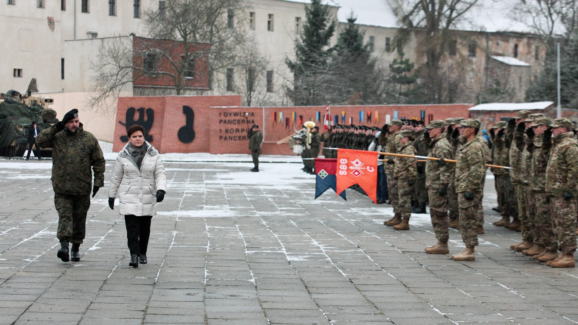 Премиерът на Полша, Беата Шидло, приема американски военни сили в Полша