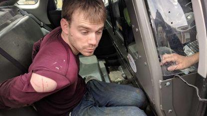 Заподозреният Травис Райнкинг (29 г.) при извеждането му от полицейската кола след залавянето му в понеделник.