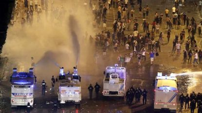 Полицията използва водни оръдия срещу феновете в Париж