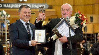 El director general de Radio Nacional de Bulgaria, Alexandar Velev, haciendo entrega a Toma Sprostranov del Gran Premio Sirak Skitnik