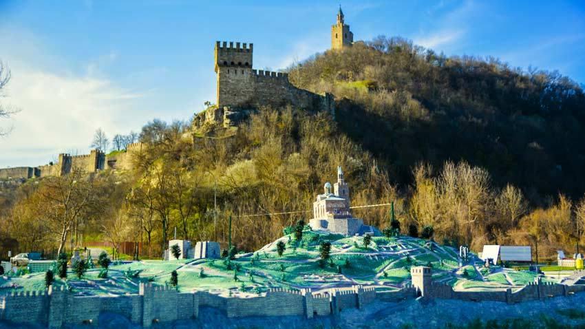 В велико-Тырново каждый турист может посетить парк макетов исторических достопримечательностей со всей Болгарии. На фото: крепость Царевец и ее макет внизу.