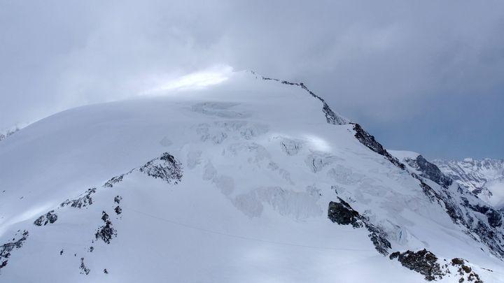 Швейцарската полиция разпространи снимка на района Пин д'Арола, където буря застигна 14 скиори в неделя.