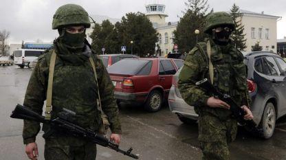Мъже във военни униформи патрулират в столицата на Крим Симферопол