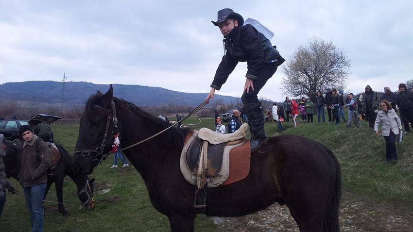 Малкият Виктор Светославов и неговият кон Лазур.