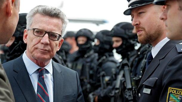 Германският министър на вътрешните работи Томас де Мезиер разговаря с полицаи, ангажирани с охраната на срещата на Г 20 в Хамбург