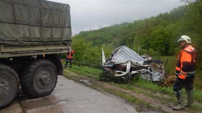 Спасители вадят отнесена от пороя кола в село Плешивец община Ружинци  25 април 2014 година