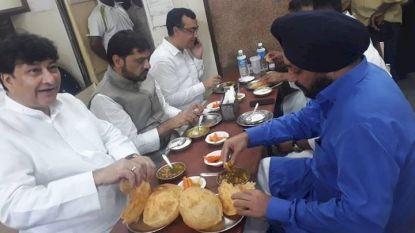 Видни индийски опозиционери бяха снимани как похапват сладко преди 5-часовата гладна стачка в понеделник.