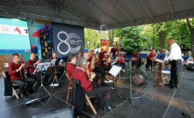 Оркестърът за народна музика на БНР с диригент Димитър Христов на сцената в Шумен
