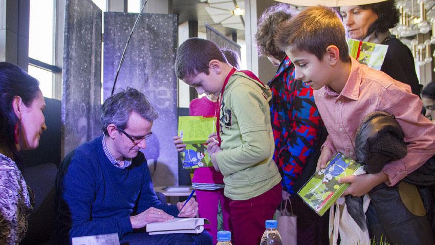 Норвежкият писател Ендре Люн Ериксен раздаде автографи на българските деца в НДК.