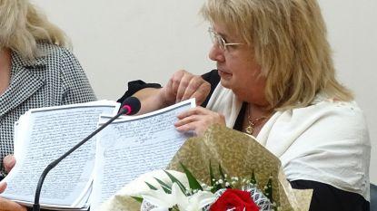 Професор Лилия Илиева с копието на ръкописа на