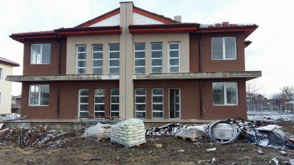 В Хитрино възстановяват пострадалите при взрива къщи.
