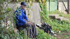 Дядо Еленко си почива в един от слънчевите есенни дни
